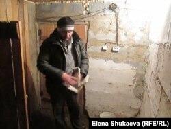 Эдуард Чаров в своей богадельне