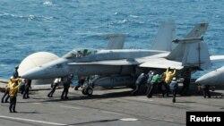 طائرة مقاتلة على حاملة الطائرات جورج بوش في الخليج