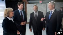 Солдан оңға қарай: Элизабет Мей (Жасылдар партиясы), Джастин Трюдо (Либералдар партиясы) және оң жақтан санағанда бірінші тұрған - Стивен Харпер (Консервативтік партия).