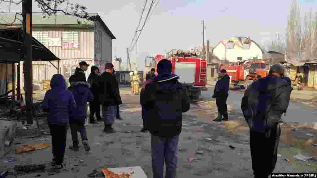 В Сети распространились также видео, на которых десятки молодых людей, вооруженных палками и камнями, атакуют село. Проверить, на самом ли деле эти видео сделаны в Кордайском районе, не представляется возможным.