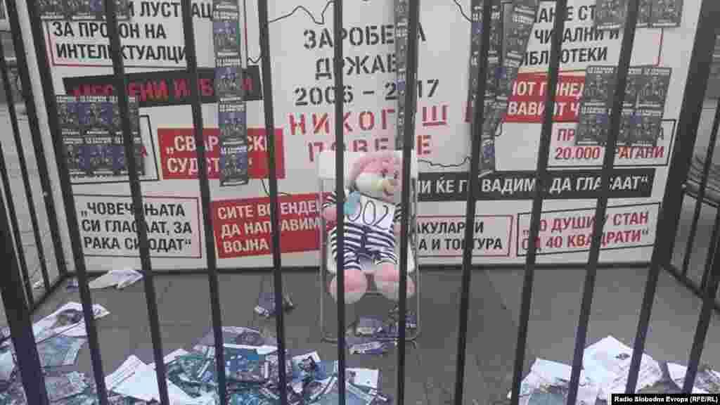 Jedna od uličnih akcija protivnika Zorana Zaeva, sa ulica glavnog grada Severne Makedonije. Poruka da će donedavni premijer završiti u zatvoru.