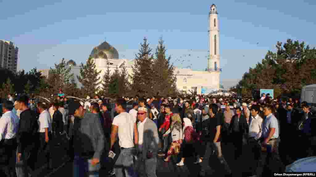 """После молитвы в мечети """"Гылмани"""" собравшимся было предложено участвовать в спортивных состязаниях и отведать угощение."""