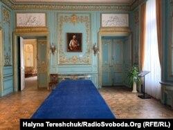 Стіл у «Блакитній залі» палацу Потоцьких, на якому танцювали моделі