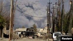 Дым поднимается на западе Мосула после авиаудара иракской армии по позициям боевиков «Исламского государства». 10 марта 2017 года.
