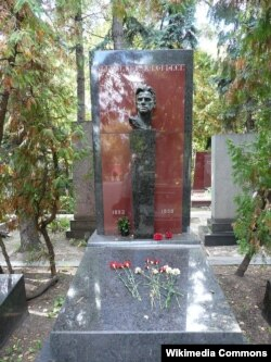 Mayakovskinin qəbri Novodeviçi məzarlığında, Moskva