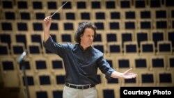 Хобарт Ерл за диригентським пультом під час репетиції. Фото з власного архіву музиканта