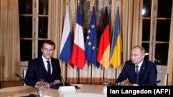 ولادیمیر پوتین رئیس جمهور روسیه و امانویل مکرون رئیس جمهور فرانسه