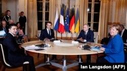 Слева направо: президент Украины Владимир Зеленский, президент Франции Эммануэль Макрон, президент России Владимир Путин и канцлер Германии Ангела Меркель.