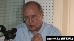 """Мурат Ауэзов """"Азаттыктын"""" Бишкектеги студиясында, 22-июнь, 2011."""