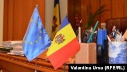 Steagurile UE și Moldovei.