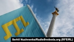 Крымскотатарский флаг в Киеве. Архивное фото