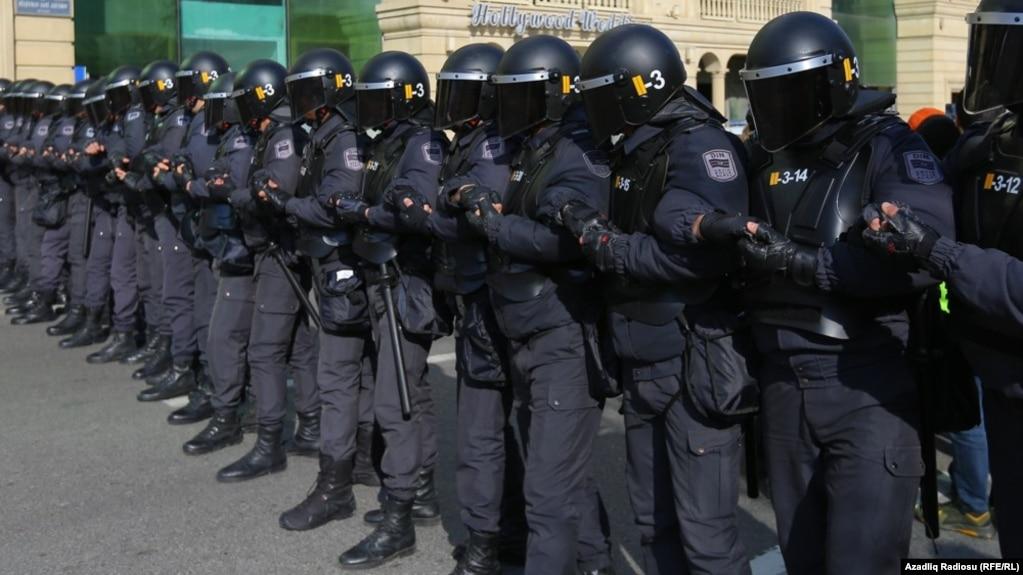 Etirazçıları Mərkəzi Seçki Komissiyasının qarşısına buraxmayan polislər, 16 fevral 2020