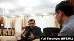 Correspondent Gregory Feifer (right) interviews the Kremlin-appointed president of Ingushetia, Yunus-Bek Yevkurov