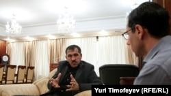Correspondent Gregory Feifer (right) interviews the Kremlin-appointed president of Ingushetia, Yunus-Bek Yevkurov