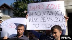 """Protestul mişcării de rezistenţă """"Acum"""" la Ambasada Turciei"""