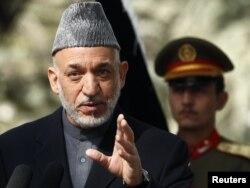 په کابل کې د خبري غونډې پر مهال افغان ولسمشر حامد کرزي وویل د طالبانو سر دفتر په پاکستان کې دی.