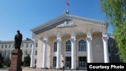 Жусуп Баласагын атындагы Кыргыз улуттук университети.
