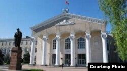 Жусуп Баласагын атындагы КУУнун башкы имараты, Бишкек.