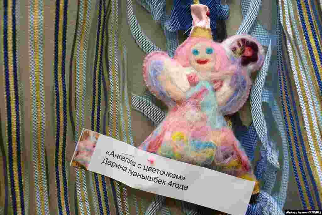 Самому младшему автору куклы четыре года. Дарина Куанышбек изготовила куклу «Ангелика с цветочком». Она – воспитанница школы «Шедевр».