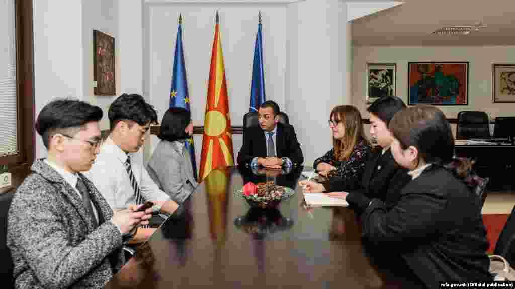 МАКЕДОНИЈА - Во име на македонското МНР, државниот секретар Зоран Попов ги прими и им се извини на претставниците на невладина организација од Република Кореjа кои беа вербално нападнати во центарот на Скопје. Претходно, во име на Владата, се извини и техничкиот премиер Оливер Спасовски.