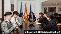 Државниот секретар Зоран Попов со Корејците кои беа нападнати во Скопје
