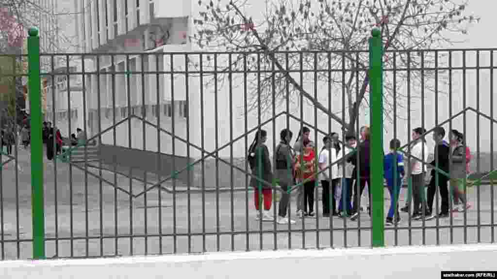 Во дворе средней школы, Ашхабад