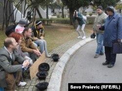 """Performans Mansa o tome da je Vlada odgovorna za """"prosjački štap"""" na koji je spala većina građana. Podgorica, 1.februar 2012."""
