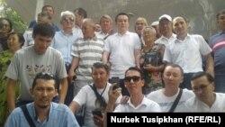 Жанбулат Мамай (ортодо) сот залынан бошотулгандан кийин жактоочулары менен. Алматы, 7-сентябрь, 2017-жыл.
