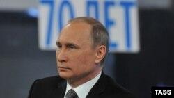 Президент России Владимир Путин во время «прямой линии» в эфире государственного телевидения. 16 апреля 2015 года.