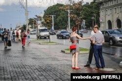 Актывістка дае цытаты Лукашэнкі людзям у цывільным