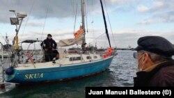 Карлос Балестеро посещава сина си, докато той още е под карантина на яхтата