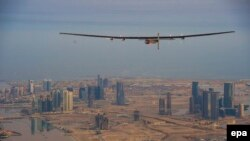 Solar Impulse 2 учоғи Абу Даби узра парвоз қилмоқда.