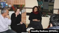 Soldan ikinci Olqa Qryaznova, soldan birinci Azərbaycan şairi Rasim Qaraca, Bakı, 3 dekabr 2013