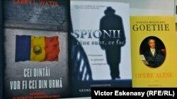 Cărți expuse la întîmplare pe un raft al standului românesc