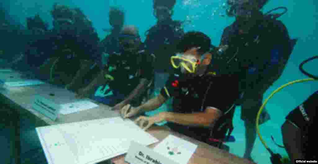 17 tetor '09 - Qeveria në Maldive ka mbajtur mbledhje nën ujë, duke simbolizuar kërkesën për ndihmë nga rritja e nivelit të oqeaneve, e cila po e rrezikon ekzistencën e arqipelagut të Oqeanit Indian.