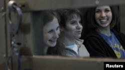 Участницы группы Pussy Riot на скамье подсудимых. Слева-направо: Мария Алёхина, Екатерина Самуцевич, Надежда Толоконникова. Москва, 1 октября 2012 года.