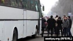 """Автобус с людьми, которым за их голоса, по словам ОСДП """"Азат"""", заплатила партия """"Нур Отан"""". Алматы, 15 января 2012 года."""
