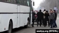 Пассажиры рядом с автобусом. Иллюстративное фото.