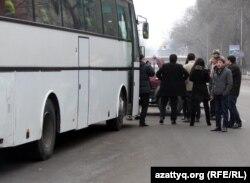 Автобус жанында тұрған жолаушылар. (Көрнекі сурет)
