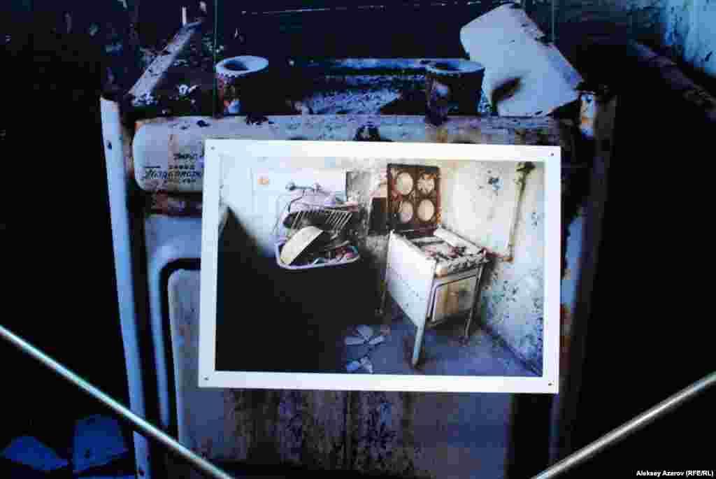 Фото помещений Наркомфина показывают полное запустение и разруху.