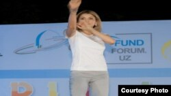 Gulnara Karimova jurnalistlərə karate göstərir