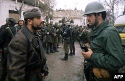 'Uistinu, JNA nas nije napala, ali je to uradila srpska armija. Iz JNA su izašli Slovenci, Hrvati, Bošnjaci, Albanci, tako da je to ostala srpska vojska. Već prilikom razaranja Vukovara, oni su zamijenili zvijezdu sa drugim znakovima.' (fotografija vojnika JNA i paravojnih formacija, Vukovar 1991)