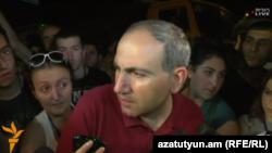 Никол Пашинян беседует с журналистами на улице Хоренаци, Ереван, 19 июля 2016 г.