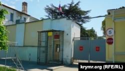 Парадний вхід до Сімферопольського військового шпиталю