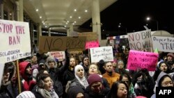 Демонстрация против распоряжения Трампа о временном запрете на въезд в США беженцев и граждан семи стран. Аэропорт Чикаго, 29 января 2017 года.