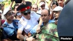 Ереуілге шыққан жұртты тоқтатып тұрған полицейлер. Ереван, 1 тамыз 2013 жыл.