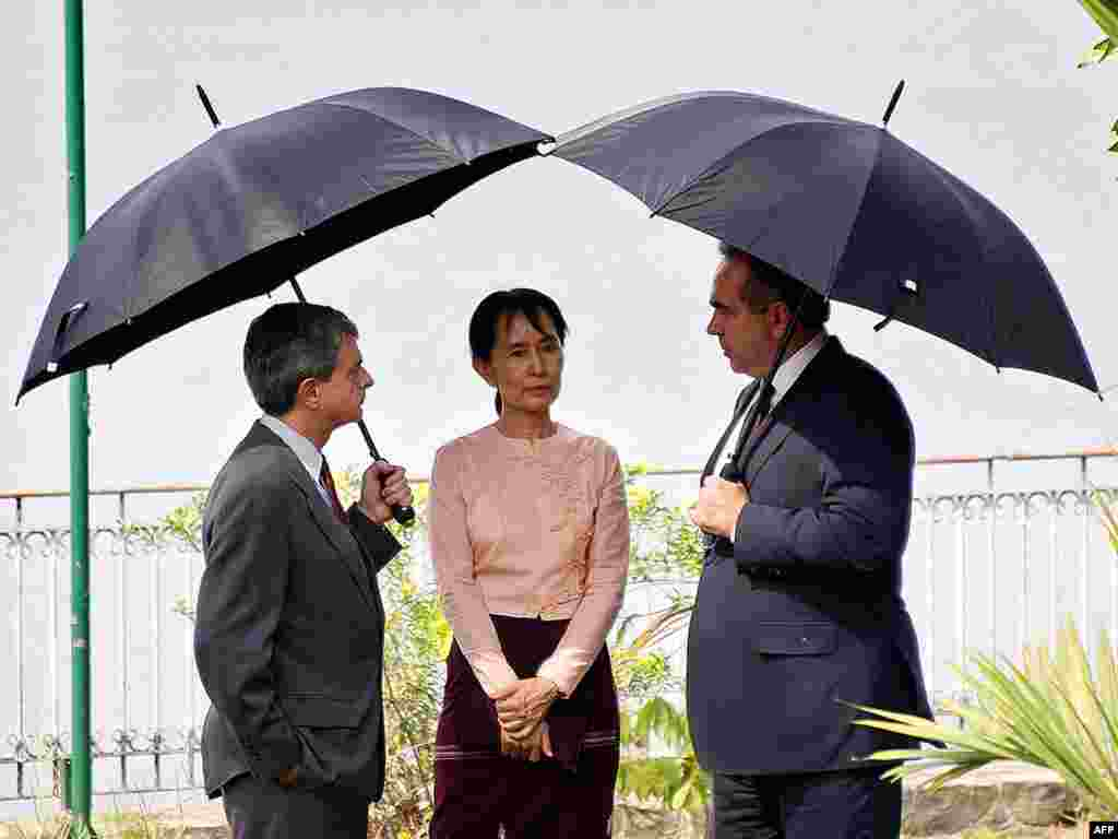 Suu Kyi talking with U.S. envoy for East Asia Kurt Campbell (right) at a state guesthouse in Yangon on May 10, 2010.
