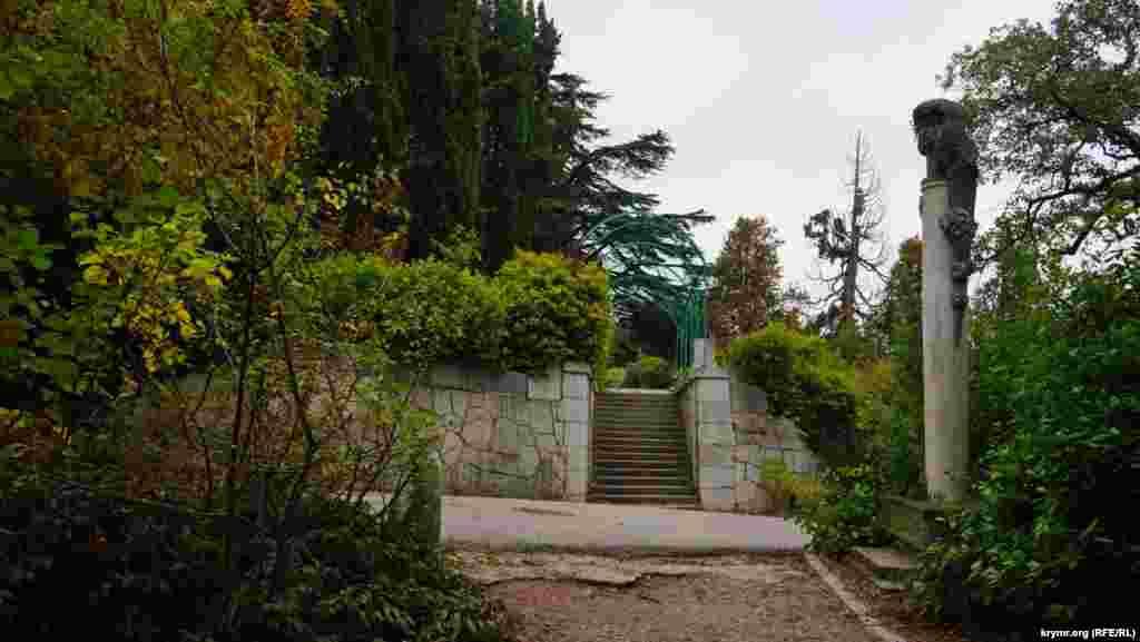 Тут починається Царська, чи Сонячна стежка. Сонячною вона називалася в радянські часи. По сходах можна піти у зворотному напрямку– до Лівадійського палацу-музею