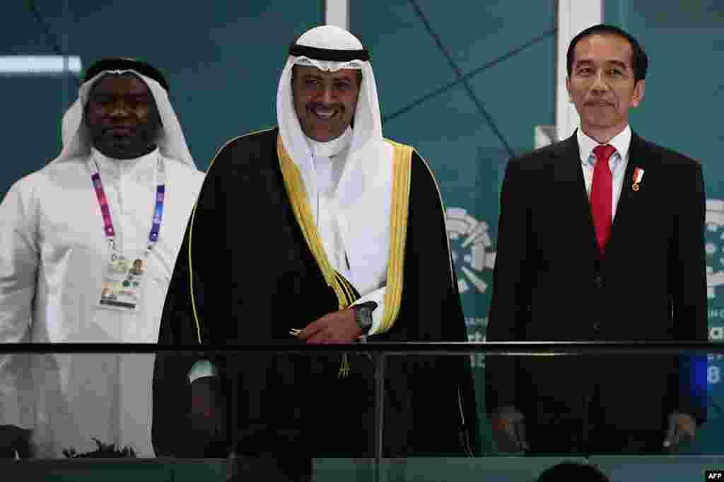 Индонезия президенті Джоко Видодо (оң жақта) және Азия олимпиада консулдығының президенті Шейх ал-Фахад ал-Сабах (ортада) ашылу салтанатында.