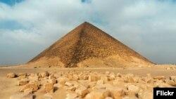 Müsürdäki piramidalaryň biri.